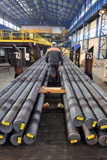 Des aciers longs spéciaux chargés sur un wagon de l'aciérie Ascoval