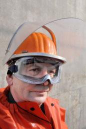Portrait d'un ouvrier d'Ascoval équipé de son matériel de protection contre la chaleur