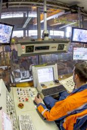Un ouvrier conduit le centre de contôle qualité de l'usine Ascoval de Saint-Saulve