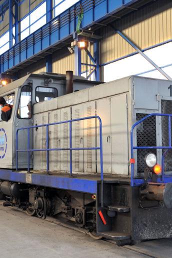 Un cheminot conduit le train chargé d'aciers longs spéciaux produits par Ascoval, acièrie de Saint-Saulve.