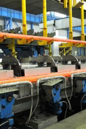 Une machine lève un acier long spécial qui vient d'être coulé dans l'usine Ascoval